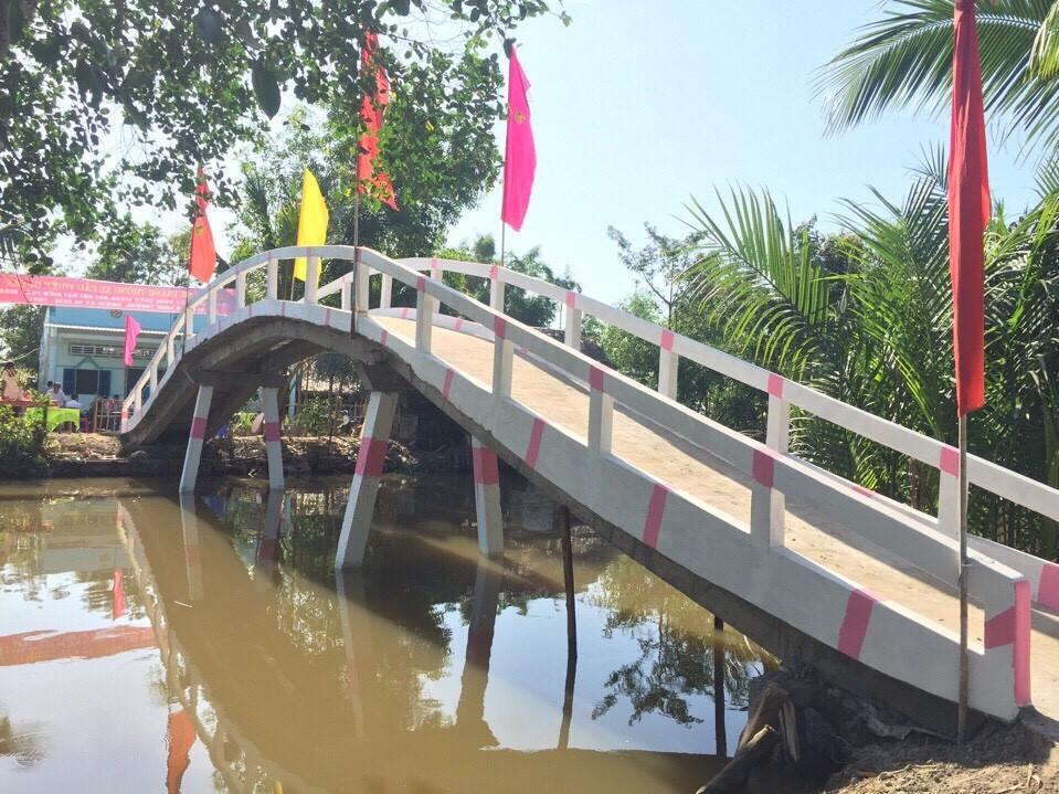 Kim Điệp vận động xây cầu từ thiện tại Huyện U Minh Thượng